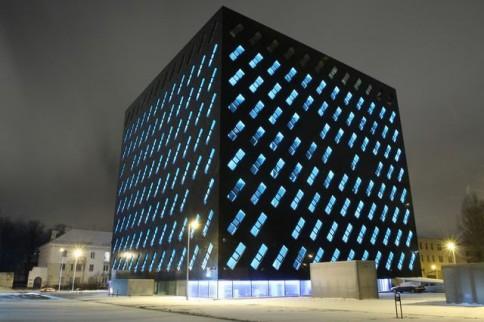 Įprastai pastato langai naktį šviečia melsvai - tai dėl specialių lempučių, įtaisytų lango rėme.