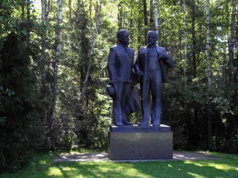 """Lenino ir Kapsuko skulptūra Grūto parke. Jei kyla klausimas, prie ko čia jie, skaitykite toliau. Foto iš Facebook'o puslapio """"Mano Vilnius mano""""."""