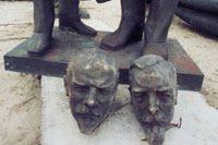Lenino ir Kapsuko, tiksliau jų skulptūrų, stovėjusių prie Vilniaus Universiteto Teisės fakulteto, galvos.