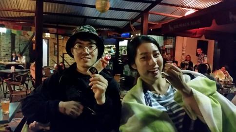 Du vienas kitą pirmą kartą matantys couchsurferiai iš Pietų Korėjos. Abu į Lietuvą atsivežę korėjietiško padažo.