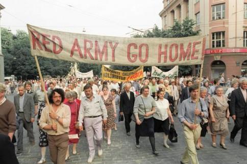Lietuva išsikovojo nepriklausomybę 1990 m. kovo 11 d., tačiau sovietiniai kariai nesiteikė palikti Lietuvos iki pat 1993 m. rugpjūčio 31 d. Viskas, daugiau datų ir vadovėlinių tiesų šiame straipsnyje nebus.